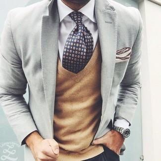 Cómo combinar: blazer gris, jersey de pico marrón claro, camisa de vestir blanca, pantalón chino negro