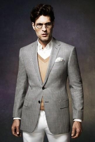 Cómo combinar: blazer de tartán gris, jersey de pico marrón claro, camisa de vestir blanca, pantalón chino blanco