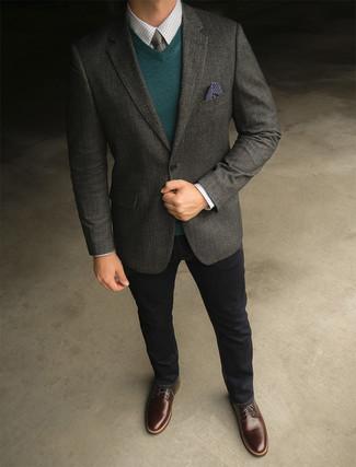 Cómo combinar: blazer de lana en gris oscuro, jersey de pico verde oscuro, camisa de vestir a cuadros blanca, vaqueros negros