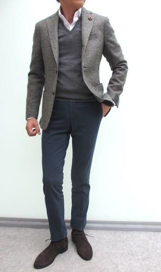 Cómo combinar: blazer de lana gris, jersey de pico gris, camisa de vestir blanca, pantalón chino en gris oscuro