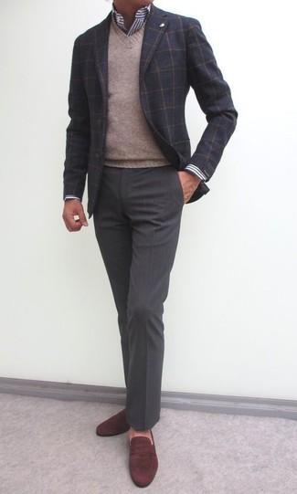 Cómo combinar: blazer de lana a cuadros en gris oscuro, jersey de pico marrón claro, camisa de vestir de rayas verticales en blanco y azul marino, pantalón de vestir en gris oscuro