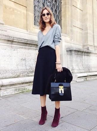 Cómo combinar: blazer negro, jersey de pico gris, falda campana negra, botines de ante morado oscuro