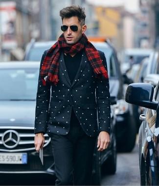 Cómo combinar: blazer a lunares en negro y blanco, jersey de pico negro, pantalón de vestir de lana negro, bufanda de tartán roja