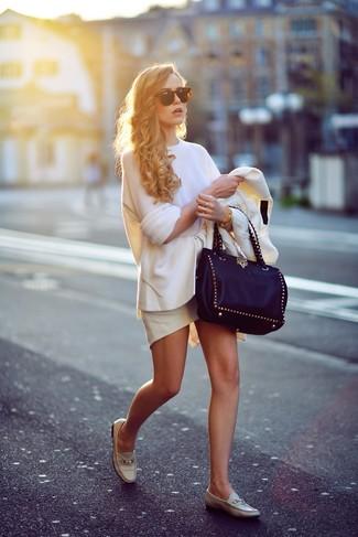 Cómo combinar: blazer blanco, jersey oversized blanco, falda con volante blanca, mocasín de cuero en beige