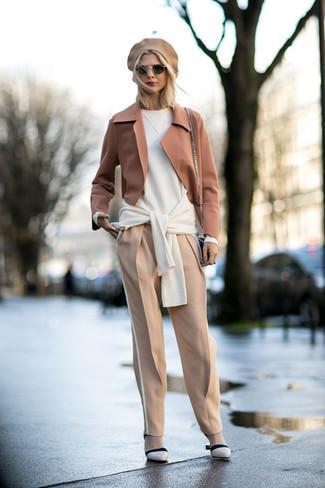 Cómo combinar: blazer de lana marrón claro, jersey oversized blanco, pantalón de pinzas en beige, zapatos de tacón de cuero en beige