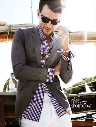 A white and red and navy gingham long sleeve shirt and white chinos are absolute essentials if you're putting together an off-duty wardrobe that matches up to the highest fashion standards. An ensemble like this is just what you need to get in the mood for this summer fashion season.