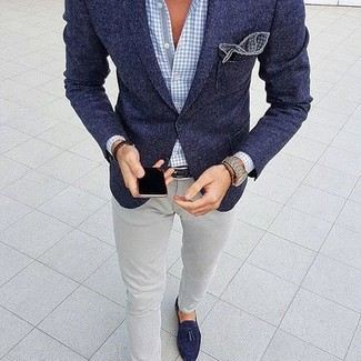 This pairing of a navy wool blazer and a Ted Baker men's Lawks Dot Pocket Square is the ideal balance between elegant and laid-back. Look at how well this look is round off with navy suede tassel loafers. It goes without saying that this one makes for a great, spring-ready getup.