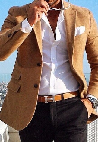 A tan blazer and black chinos are absolute must-haves if you're crafting a smart casual wardrobe that holds to the highest style standards. As we all know, the trick to getting through the hottest time of year is dressing in cool getups like this one.