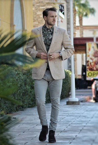 This pairing of a beige wool blazer and grey chinos is perfect for a night out or smart-casual occasions. Consider dark brown suede desert boots as the glue that will bring your look together. This one is a savvy option if you're scouting for a knockout getup that transitions easily into fall.