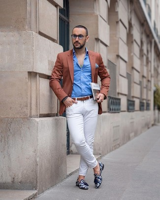 How to wear: tobacco blazer, blue long sleeve shirt, white chinos, navy print canvas tassel loafers