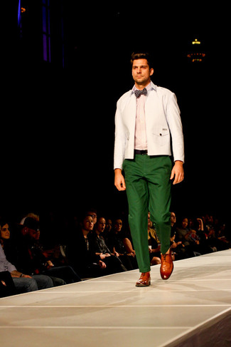 Effortlessly blurring the line between elegant and casual, this combination of a white jacket and green chinos is likely to become one of your favorites. Camel leather oxford shoes will add elegance to an otherwise simple look. Is there a better option for a hot summer afternoon?
