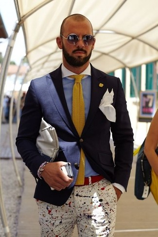 A navy suit jacket and white print casual pants paired together are a total eye candy for those who love classy styles. If you're on the hunt for a summer-ready getup, here is a great one.