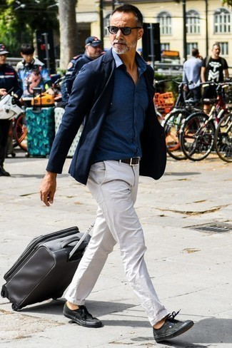 How to Wear a Navy Chambray Long Sleeve Shirt For Men: Try pairing a navy chambray long sleeve shirt with beige chinos for an everyday outfit that's full of charm and personality. Go for a pair of black canvas low top sneakers to keep the look fresh.