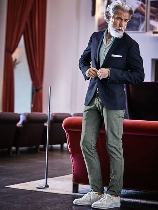 How to Wear Mint Pants For Men: A navy blazer and mint pants paired together are the ideal ensemble for those dressers who love refined styles. You can get a little creative with footwear and lift up this outfit with grey canvas low top sneakers.