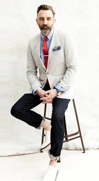 How to wear: beige blazer, light blue long sleeve shirt, black jeans, white leather derby shoes
