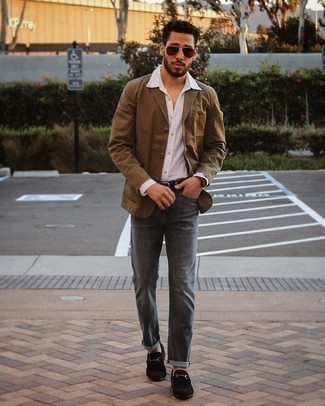 Charcoal Jeans Warm Weather Outfits For Men: This combo of a brown cotton blazer and charcoal jeans falls somewhere between elegant and relaxed casual. And if you wish to effortlessly spruce up your look with one single piece, complement your ensemble with a pair of black suede loafers.