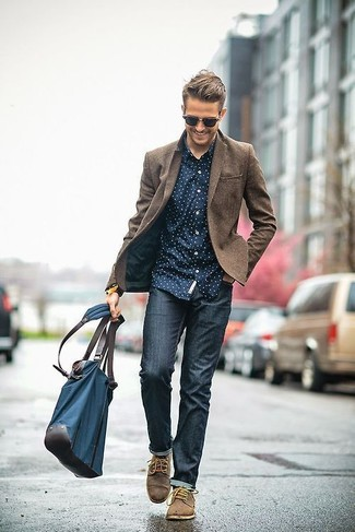 A smart casual combination of a brown wool blazer and navy skinny jeans can maintain its relevance in many different circumstances. Go for a pair of brown suede derby shoes for a masculine aesthetic.