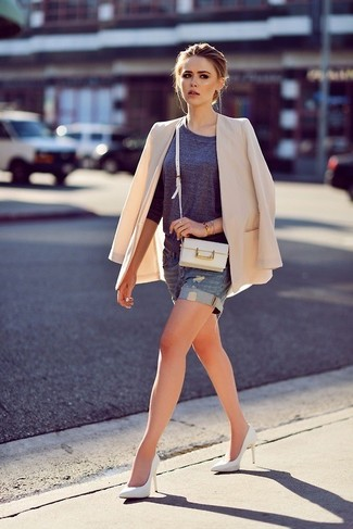 This combo of a beige blazer and blue denim shorts is a safe bet for an effortlessly cool look. Take a classic approach with the footwear and rock a pair of white leather pumps.