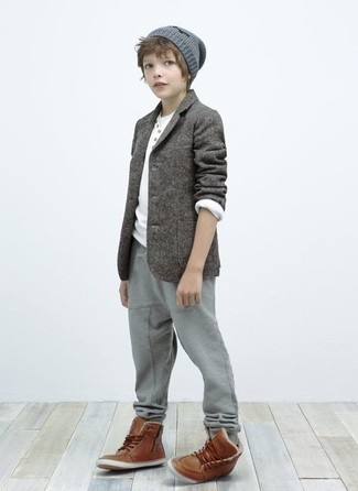 How to Wear Brown Boots For Boys: Suggest that your darling dress in a grey blazer and grey sweatpants for a trendy and easy going look. This look is complemented nicely with brown boots.