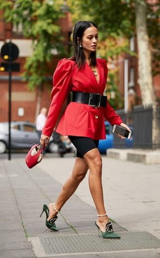 Cómo combinar: blazer rojo, mallas ciclistas negras, chinelas de satén con adornos verde oscuro, cartera de cuero roja