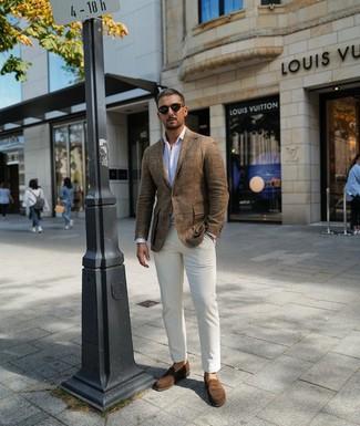Cómo combinar: blazer de lino marrón, camisa de manga larga de rayas verticales blanca, pantalón chino blanco, mocasín de ante marrón