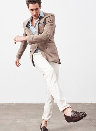 Cómo combinar: blazer de lino marrón, camisa de manga larga de rayas verticales celeste, pantalón chino blanco, mocasín de cuero en marrón oscuro