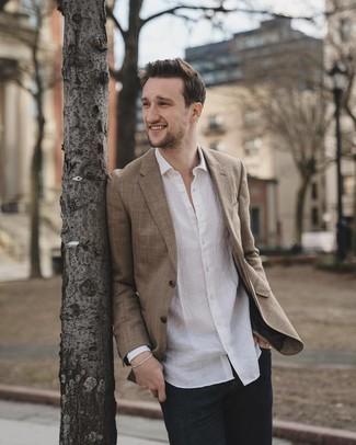 Cómo combinar: blazer marrón, camisa de manga larga de lino blanca, vaqueros azul marino