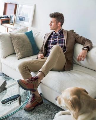 Cómo combinar: blazer de lana a cuadros marrón, camisa de vestir de tartán azul marino, pantalón chino marrón claro, deportivas marrónes