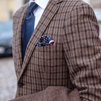 Cómo combinar: blazer de lana de tartán marrón, camisa de vestir blanca, corbata azul marino, pañuelo de bolsillo de paisley azul marino