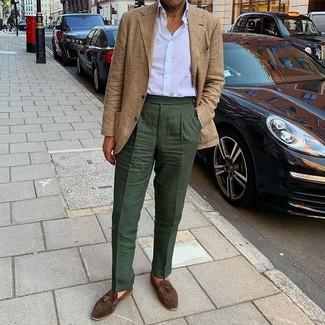 Cómo combinar: blazer de tartán marrón claro, camisa de vestir blanca, pantalón de vestir verde oscuro, mocasín con borlas de ante en marrón oscuro