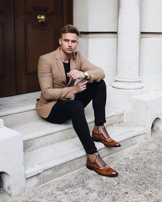 Cómo combinar: blazer marrón claro, camiseta con cuello circular negra, pantalón chino negro, zapatos oxford de cuero marrónes