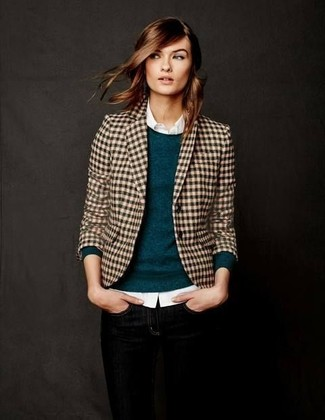 Cómo combinar: blazer de cuadro vichy marrón claro, jersey con cuello circular en verde azulado, camisa de vestir blanca, vaqueros pitillo negros