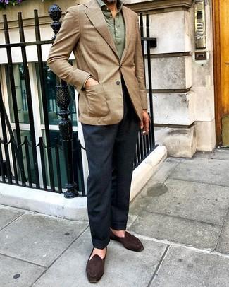 Cómo combinar: blazer de tartán marrón claro, polo de manga larga verde oliva, pantalón de vestir azul marino, mocasín de ante en marrón oscuro