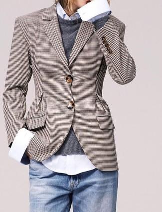 Cómo combinar: blazer a cuadros marrón, jersey con cuello circular en gris oscuro, camisa de vestir blanca, vaqueros celestes