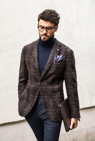 Cómo combinar: blazer de lana marrón, jersey de cuello alto azul marino, pantalón de vestir de lana azul marino, pañuelo de bolsillo en blanco y rojo y azul marino