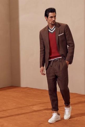 Cómo combinar: blazer marrón, jersey de pico rojo, pantalón de vestir marrón, tenis de cuero blancos
