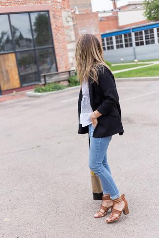 Cómo combinar: blazer negro, blusa de manga corta de encaje blanca, vaqueros pitillo celestes, sandalias de tacón de cuero marrónes