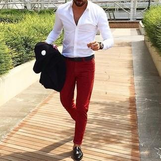 Cómo combinar: blazer negro, camisa de manga larga blanca, pantalón chino rojo, mocasín de cuero negro