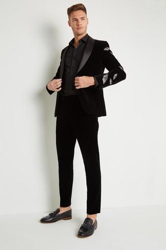 Cómo combinar: blazer de terciopelo negro, camisa de vestir negra, pantalón de vestir de terciopelo negro, mocasín con borlas de terciopelo negro