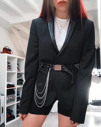 Cómo combinar: blazer negro, camiseta con cuello circular blanca, mallas ciclistas negras, cinturón de cuero con adornos negro