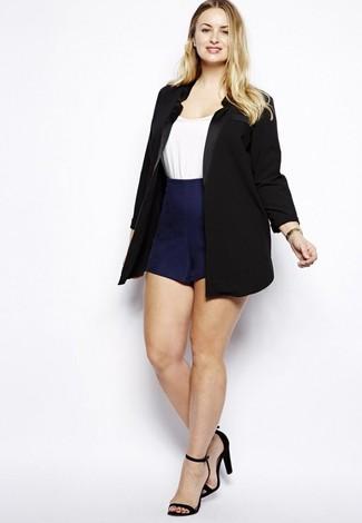 Cómo combinar: blazer negro, camiseta con cuello circular blanca, pantalones cortos azul marino, sandalias de tacón de ante negras