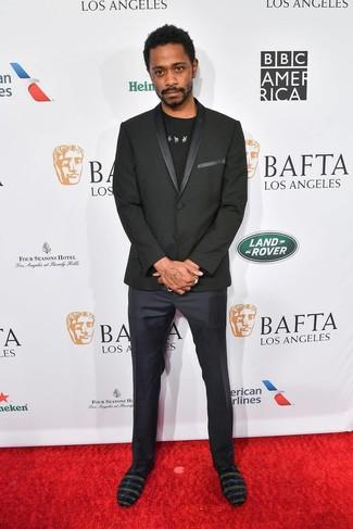 Cómo combinar: blazer negro, camiseta con cuello circular estampada en negro y blanco, pantalón de vestir azul marino, mocasín de ante con adornos negro