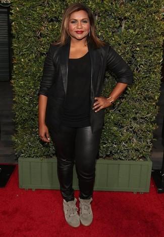 Cómo combinar: blazer de cuero negro, camiseta con cuello circular negra, pantalones pitillo de cuero negros, zapatillas altas de ante en beige