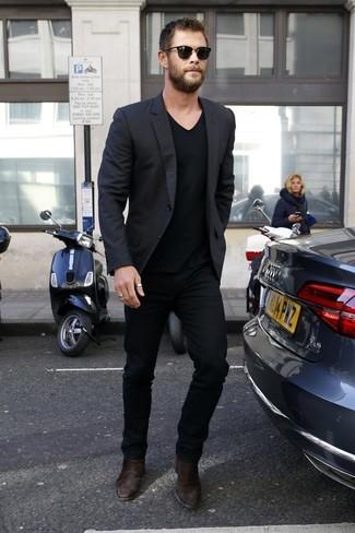 Cómo combinar: blazer negro, camiseta con cuello en v negra, pantalón chino negro, botines chelsea de ante en marrón oscuro