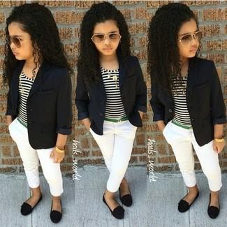 Cómo combinar: blazer negro, camiseta de rayas horizontales en blanco y negro, pantalones blancos, bailarinas negras