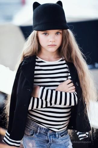 Cómo combinar: blazer negro, camiseta de rayas horizontales en blanco y negro, vaqueros celestes, sombrero negro