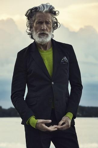Cómo combinar: blazer negro, jersey con cuello circular en amarillo verdoso, pantalón chino negro, pañuelo de bolsillo estampado en gris oscuro