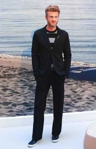Cómo combinar: blazer negro, jersey con cuello circular de rayas horizontales negro, pantalón chino negro, tenis de cuero azul marino