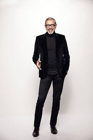 Cómo combinar: blazer de terciopelo negro, jersey de cuello alto negro, pantalón chino negro, botines chelsea de cuero negros