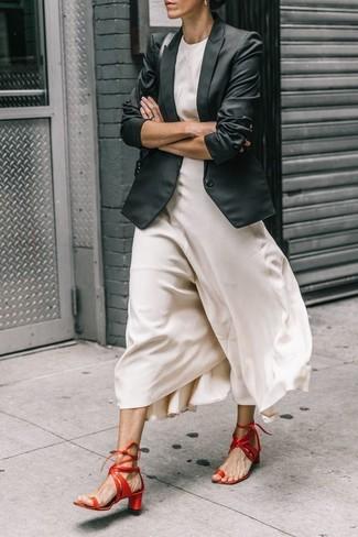 Cómo combinar: blazer negro, vestido largo de seda blanco, sandalias de tacón de cuero rojas, bolso de hombre de cuero negro